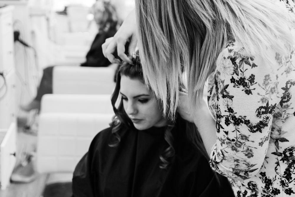 Fräscha upp håret hos en frisör